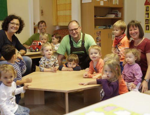 Schreinerei Leonhard Mairle spendet einen Spieltisch für das Kinderhäuschen